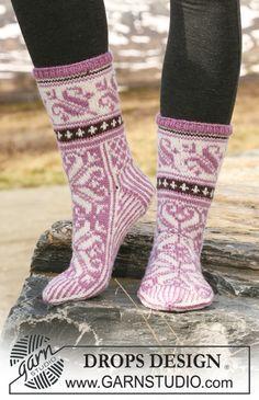 """Gestrickte DROPS Socken im Norwegermuster in """"Karisma"""". ~ DROPS Design"""