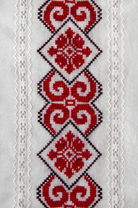 Invitatii de nunta in stil popular - plicuricolor.ro – A fost o vreme in care ne-am indepartat de traditii. Si-au venit noi vremuri. Tinerii scot din cuferele bunicilor ii, costume populare, fascinante broderii si le aduc la lumina. Moda revine, insetata de dor! Nimic nu-i mai frumos decat sa vezi copii de-o schioapa, la biserica, imbracati ca... #autenticitate #handmade #invitatieautentica