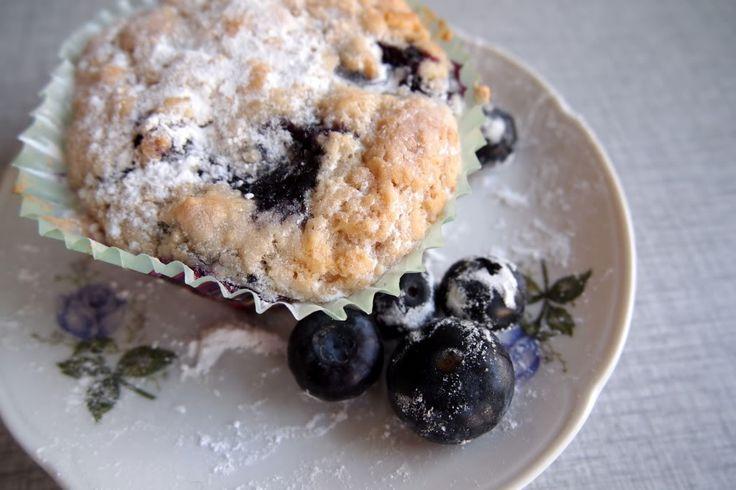 Verse blauwe bessen; dat schreeuwt om heerlijke ontbijtjes, pannenkoekjes met warme bosbessen, groene smoothies met spinazie, banaan en bessen en….muffins! Vegan, simpel en snel klaar: Wat je nodig hebt voor 6 flinke, of 8 medium muffins: 1 1/2 cup bloem halve cup rietsuiker 2 theelepels bakpoeder 1 theelepel zout 3/4 cup soyamelk 1/4 cup plantaardige … Lees verder KOKEN MET STERREN: VEGAN BLUEBERRY MUFFINS →