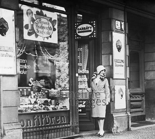 Einkauf im Tante-Emma-Laden vor 1933 Timeline Classics/Timeline Images #Nostalgie #Retro #Fashion #Einkaufen #Shopping