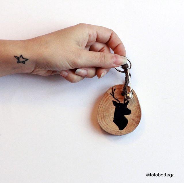 È tempo di regali!!!   Un simpatico ed ecologico portachiavi con un campanello dorato! Il regalo giusto per chi non trova mai le chiavi di casa nella borsa o nello zaino. 〰 #lolobottega #instalolo #handmade #love #instagood #blogger #picoftheday #instadaily #amazing #cute #igersitalia #gift #present #loloxmas #christmas2016 #decoration #holidays #xmas #wood #keyring
