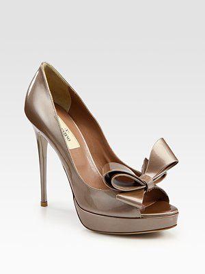 valentino bow peep toe pump: Bows Pumpsgorg, Peeps Toe Pumps, Bows Platform, Couture Bows, Bride Shoes, Valentino Shoes, Valentino Couture, Patent Pumps, Bows Pearliz