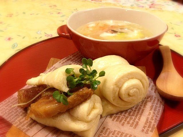 おはようございま〜す 今朝のメイスイカフェは、中華✨ 花巻は一つはそのまま、もう一つは自家製チャーシューを挟んで。 スープは、白菜、セロリ、人参、椎茸の中華スープに卵白を落としました。 ゆっくり召し上がれ〜✨✨ - 217件のもぐもぐ - 中華な朝ごはん 花巻と白菜・セロリの卵白スープ by meisui829