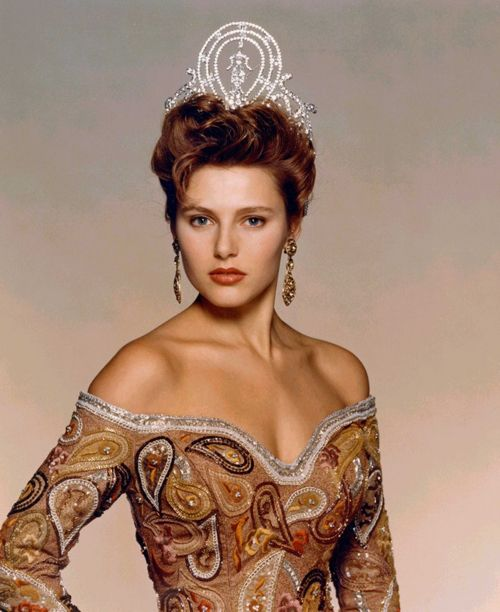 8. Mona Grudt - Miss Universe 1990 Mona Grudt là người đẹp Na Uy đầu tiên giành vương miện Miss Universe. Cô có gương mặt cuốn hút với đôi mắt xanh sâu thẳm và hình thể đẹp. Mona Grudt hiện là biên tập viên của tạp chí cưới Na Uy - Ditt Bryllup. Cô cũng là người dẫn chương trình mùa thứ bảy của Norway's Next Top Model.