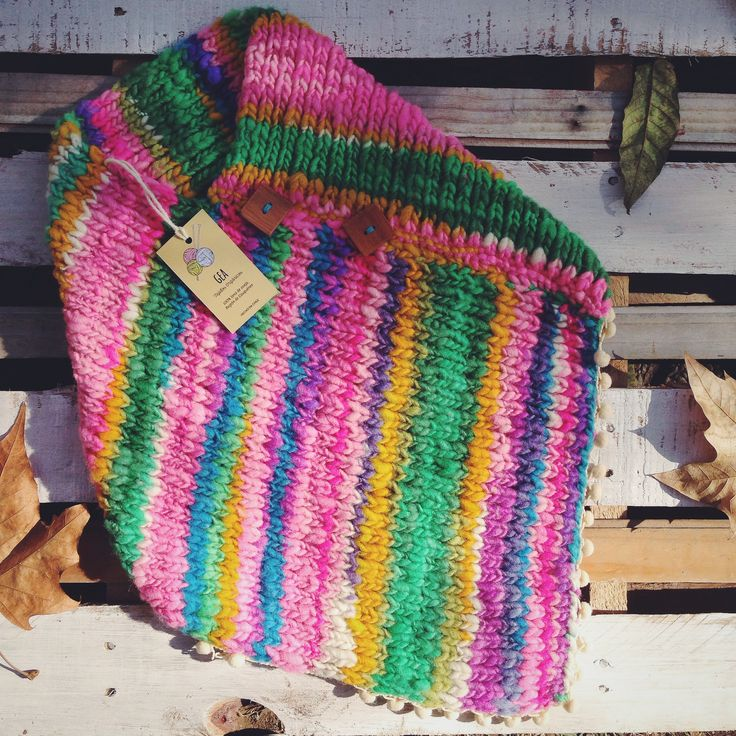 Girl's poncho Sensitive knit. Created and made with love. Handmade item with sheep wool from the end of the world. You can choose natural colours dyed with vegetables or fantasy (tint). Aditionally, you can ask for fringe or pompon borders