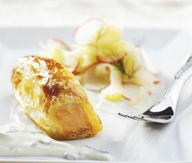 Elegant smördegsinbakad lax med ingefärsyoghurt och fänkålssallad är ett suveränt och enkelt recept. Resultatet blir en exemplarisk rätt med utsökta smaker.