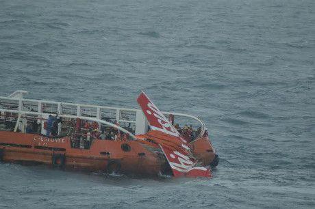 HarianOnline.Com – Tiga hari ditemukan di dasar laut, ekor AirAsia QZ8501 akhirnya berhasil diangkat ke permukaan laut oleh Kapal Crest Onyx oleh tim SAR gabungan.