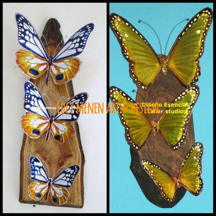 Mariposas en arte repujado sobre retablos de madera rústicos.