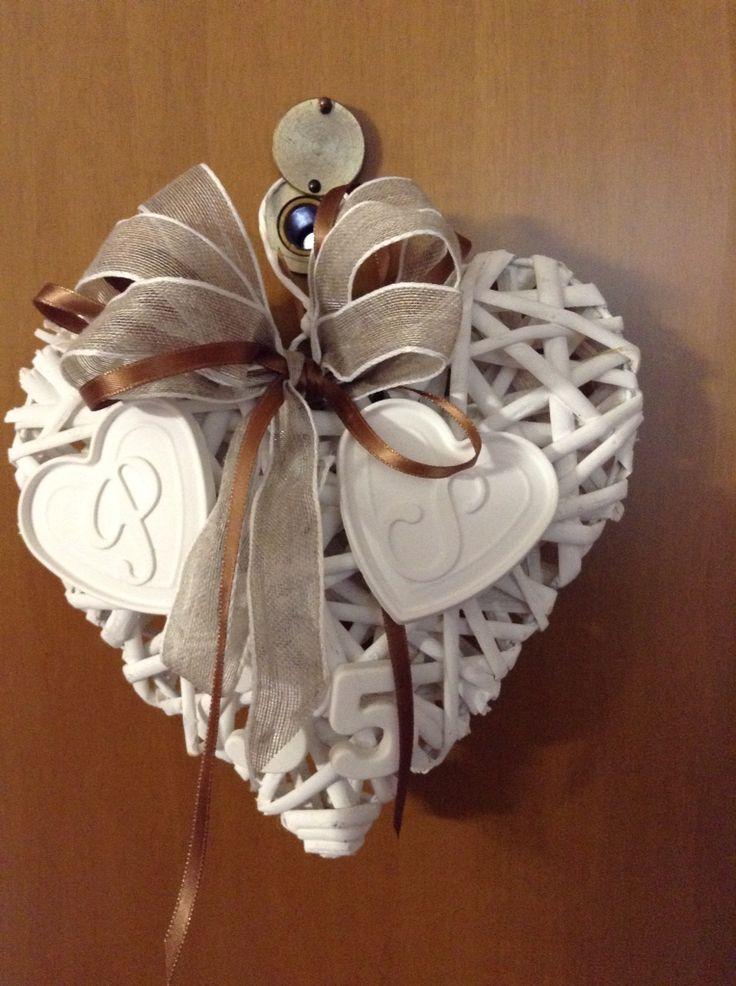 Gessetti fiocco fatti a mano,applicati sul cuore per un anniversario di matrimonio