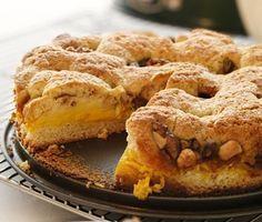 En fenomenal kaka som du kan duka fram på adventfikat. En krämig fyllning bestående av bland annat saffran, vaniljsocker och grädde breds på botten tillsammans med äppelbitar och nötter. En briljant kombination av sött, syrlig och knaprigt.