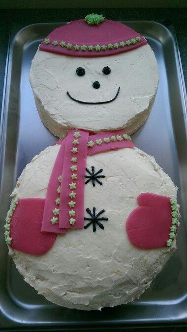 Sneeuwpop taart, leuke manier om twee verschillende taarten te combineren. Buik is een worteltjes taart, hoofd is van kapselbeslag met citroen crème vulling.