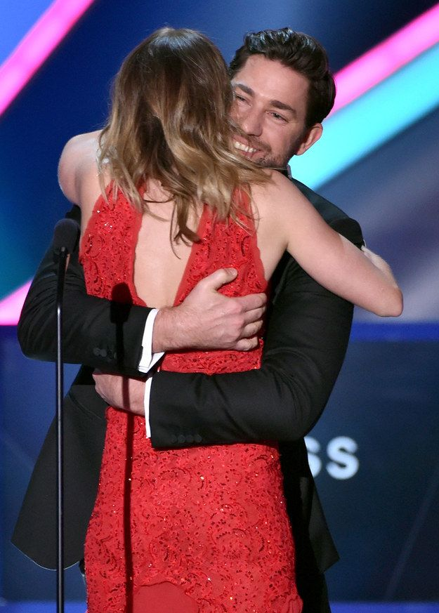 John Krasinski Runs From Backstage To Hug Emily Blunt After She Wins An Award... I CAN'T EVEN.