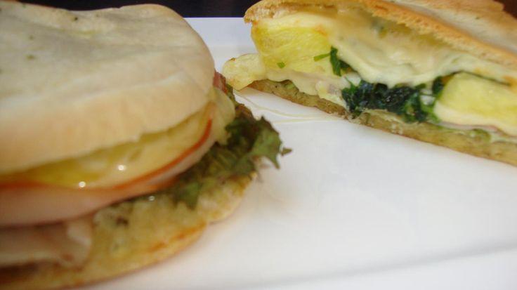 Das perfekte Gefülltes Pita Brot ala Toast Hawai-Rezept mit einfacher Schritt-für-Schritt-Anleitung: Mandelaufstrich in die Pita Tasche streichen, Salat…