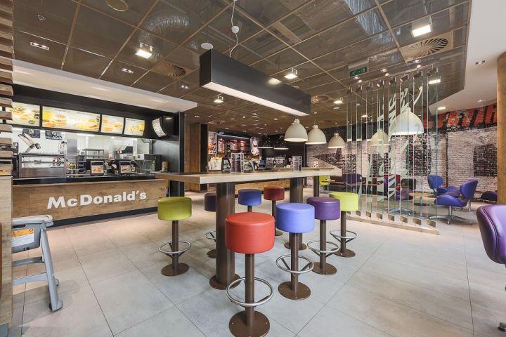 Интерьеры кафе быстрого питания приобретают новые особенности, а всё началось с Макдональдса в Москве. Прочитайте подробнее и посмотрите фотографии в нашей статье.