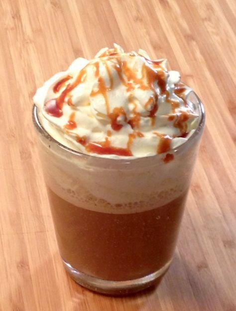Frappuccino caramel comme chez Starbucks Pour 1 grand verre      4 glaçons     2 expressos     8 cl de lait     1 cuil. à soupe de sauce caramel et beurre salé     Chantilly maison et sauce carmel et beurre salé pour servir