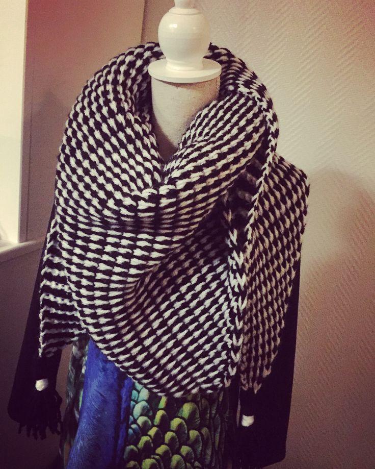 Mooie tunisch gehaakte sjaal in zwart wit. (Patroon vond ik bij echtstudio)
