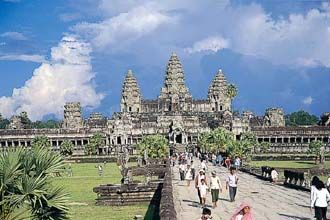 ご訪問ありがとうございます。 当ブログはカンボジア情報のランキングに参加中です! 応援クリックをお願いします!! ↓↓↓↓ カンボジアにまず来たら 知っておきたいことまとめ カンボジアでも英語って必要です! 旅行から帰って来たら発熱が起きた… カンボジアの治安状況まとめ! カンボジアのビザ、値上げだそうです。 アジアに拡大中?カンボジアエボラ出血熱情報 シェムリアップで一番絡まれる // アンコールワットを見る前に知っておきたい! カンボジア・シェムリアップ にあるアンコールワットの歴史 意外に皆さん知らない歴史を紹介します! アンコールワットの中央伽藍は 須弥山を具現しているそうです。 周囲…