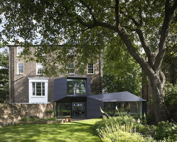 Een opvallende uitbouw tegen een 19e eeuwse woning in Londen. Alison Brooks Architects heeft de uitbouw van het Lens House ontworpen als een reeks van grote ingelijste openingen die met elkaar verbonden zijn door grote trapeziumvormige vlakken. De openingen brngen gedurende de dag het licht binnen trekken de tuin in het huis en het bepaalt het uitzicht op een monumentale boom.