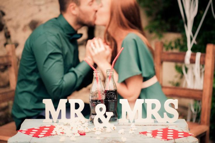 Pose ideas for wedding photography or engagement shoot ideas 50's engagement fidanzamento love session mr & mrs coca cola love