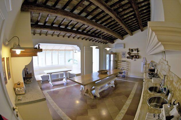 Cucina padronale all'interno del B&B Al Teatro, via Guaccimanni 38, Ravenna (RA). Fu anni fa scelta per ambientare una fiction RAI di successo.