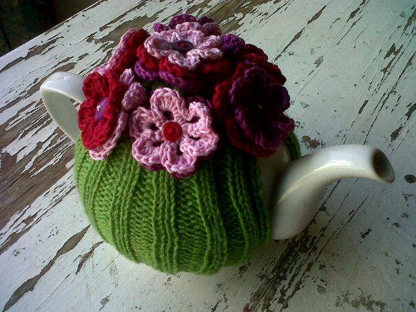 Een theemuts breien en versieren met gehaakte bloemetjes   beschrijving.