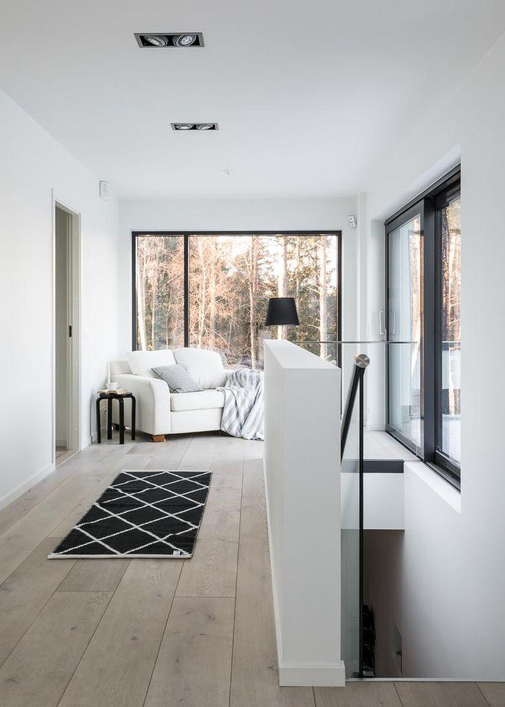 YLELLINEN MERIHUVILA OMASSA LUOKASSAAN Tervetuloa tutustumaan tähän vuonna 2015 valmistuneeseen uudenveroiseen kivitaloon suoralla merinäköalalla. Merihuvila sijaitsee loistavan suojaisella ja rauhallisella paikalla suositun Sundsbergin koillispuolella Espoonlahden rannalla. Koti edustaa maan ja tämän ajan parasta rakennus- ja asumistasoa niin estetiikaltaan kuin tekniseltä tasoltaankin. Moderniin taloon tulvii valoa suurista ikkunoista. Materiaalivalinnat ovat laadukkaita ja viimeistelyn…