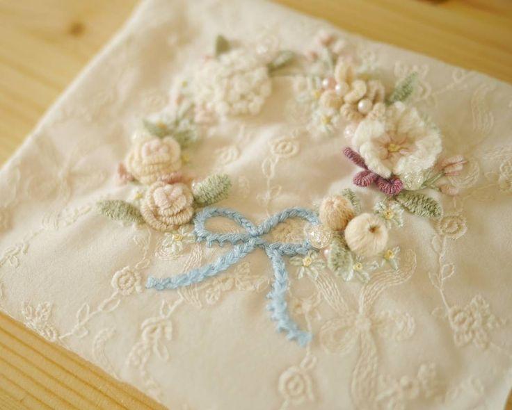 꽃자수🌼 . #꽃자수 #프랑스자수 #서양자수 #입체자수 #embroidery #woolstitch #수틀 #꽃 #자수타그램 #stitch#러블리 #flower #자수 #handmade #handembroidery#리스