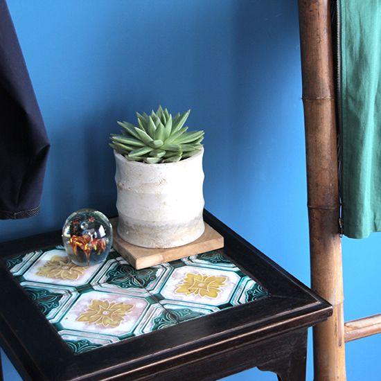 老上海のサイドテーブルです。天板がタイルになっています。 和平飯店のものと同じタイルで、色が違うものが使われています。和平飯店のテーブルのタイルは日本の会社のもの(社名不明)が使われており、こちらも同じ会社のものと思われます。当時の建築などでは日本製の素材(特に陶器やタイルなど)を使ったものも多かったようなので、そういう経緯で使われたのではないでしょうか。 こちらのサイドテーブルは高さが73cmあり少し高めです。植物やオブジェなどを飾る台として玄関先やお部屋のコーナーなどで使うのに良さそうです。