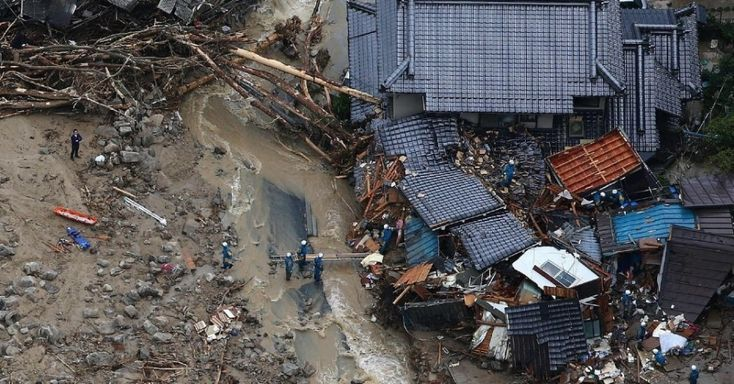 Membros das equipes de resgate trabalham entre os escombros em busca de vítimas após deslizamento de terra no bairro residencial de Asaminame, em Hiroshima, no oeste do Japão. Fortes chuvas provocaram o deslizamento de terra. 20/08/14.  Fotografia: Jiji Press/AFP.