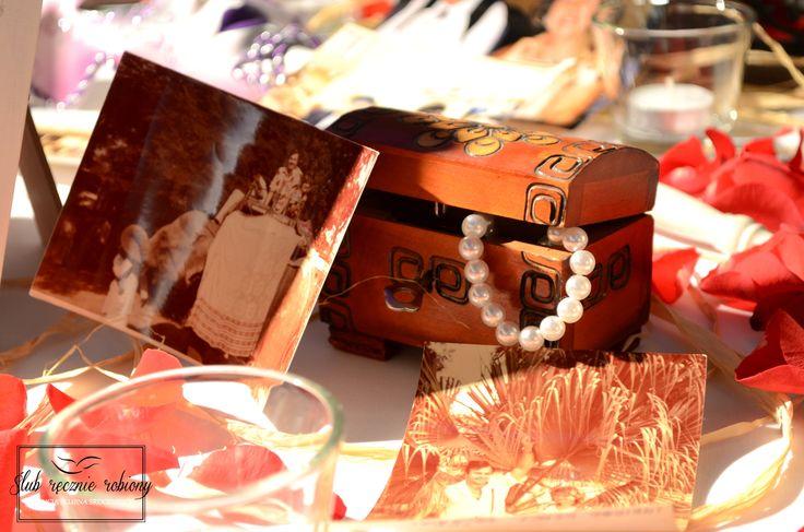 """Dekoracje stolika pamiątkowego na 35 rocznicę ślubu w całości wykonane przez Agencję Ślubną Sroczyńskich """"Ślub Ręcznie Robiony"""". Zdjęcia rodziny i przyjaciół otoczone elementami bajkowymi i karnawałowymi (impreza była przebierana:). List w butelce, weneckie maski, skrzynie ze skarbami, kapelusze, świece w latarenkach i płatki róż..."""