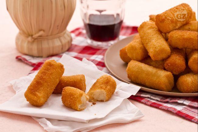 Le crocchette di patate sono dei deliziosi antipasti o secondi piatti molto famosi per la loro bontà e semplicità di preparazione.