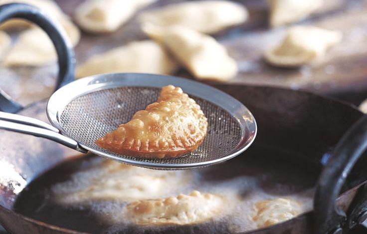Αυτές οι τραγανές, τηγανητές σφολιάτες είναι τα πιο δημοφιλή αλμυρά σνακ στην Ινδία. Η συγκεκριμένη συνταγή έχει μια νόστιμη, πικάντικη γέμιση λαχανικών. Οι σαμόσα σερβίρονται παραδοσιακά με τσάτνεϊ.