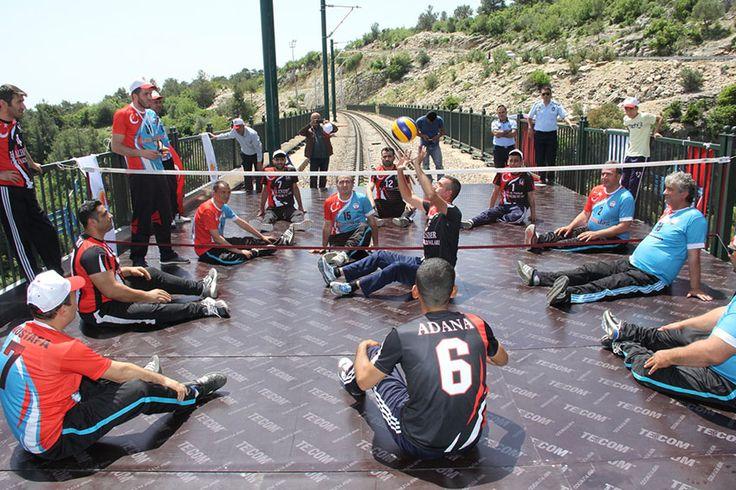 Son yıllarda Adana'nın önemli turizm noktalarından birisi olan Karaisalı ilçesinde bulunan Varda Köprüsü üzerinde voleybol gösterisi yapıldı. Adana Ayyıldız Engelliler Spor Kulübü tarafından organize edilen voleybol gösterisinde sporcular 100 metre yükseklikteki köprü üzerinde voleybol gösterisi yaptılar. Varda Köprüsü üzerinde kurulan sahada oturarak voleybol gösterisi yapan Ayyıldız Engelliler Spor Kulübü ve Umudun Işığı Engelliler Spor Kulübü …