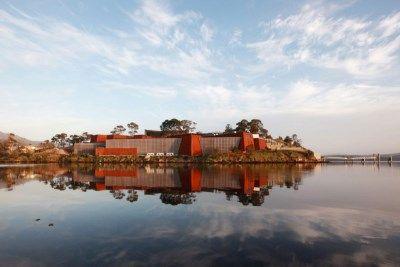 <P>20. Museum of Old and New Art (Hobart, Australië): aan het einde van de wereld, op Tasmanië, ligt een verrassend mooi museum. Het is nog geen vijf jaar oud en werd uit de grond gestampt door de Tasmaanse wiskundige David Walsh, die miljoenen verdiende door met perfecte algoritmes casino's te slim af te zijn. </P>
