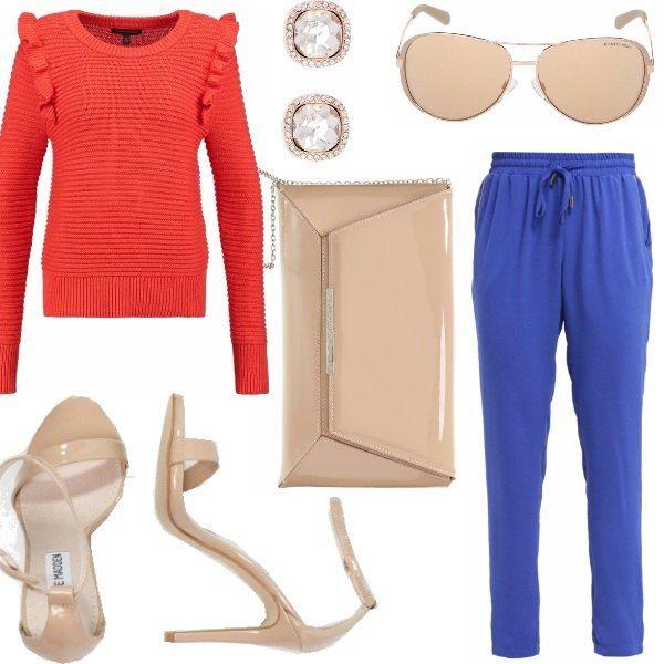 Pantalone blu elettrico, maglia in cotone con decoro sulla spalla, sandali allacciati alla caviglia, borsa a mano con catenella e occhiali da sole tutto color nude, orecchini con strass.