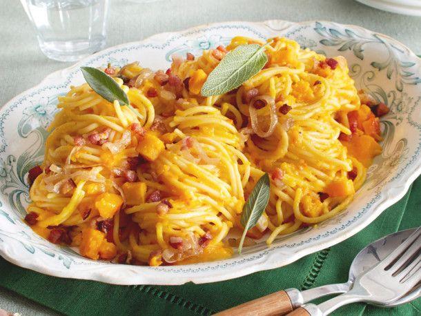 Spaghetti in cremiger Kürbissoße mit Salbei und Speck