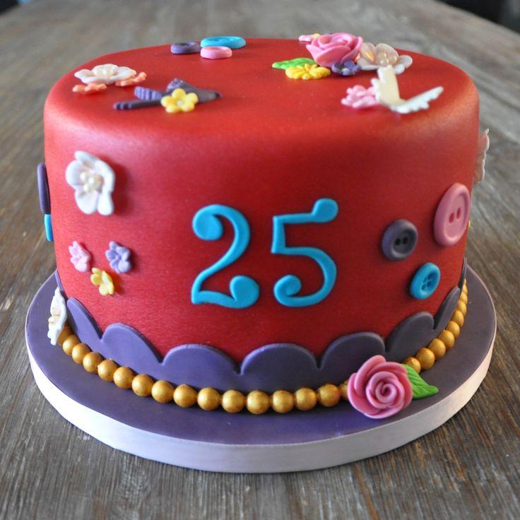 Rode taart, pip-achtige versiering, 25 jaar jubileum