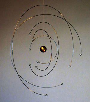 """""""Atommodellen 100 år"""", mobile udviklet af Niels Bohr Institutet i samarbejde med Flensted Mobiler. Vejledende udsalgspris: 345,- kr."""