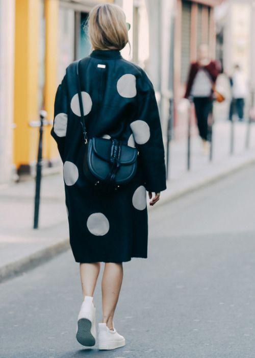 polka dots, poás, preto e branco, tênis branco, bolsa a tiracolo, street style, inspiração