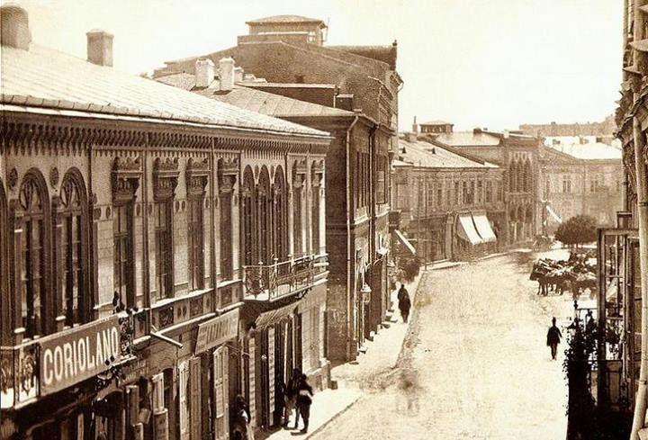 Podul Mogoșoaiei(Calea Victoriei) în 1869, în dreapta unde se văd trăsurile trase de cai se afla Piața Teatrului.