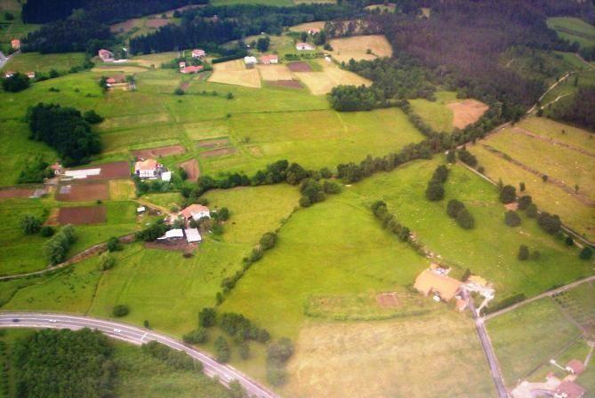 Una vista aérea de nuestros campos con sus baserris.