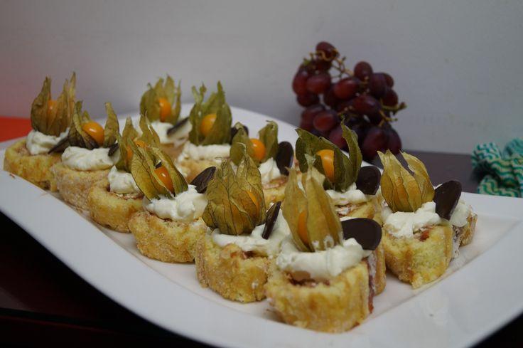 Kääretorttupohja uunissa paistaen, väliin valitsemaasi hilloa, pinnalle sokeria, kermaa ja kruunuksi hedelmä tai marja koristamaan kokonaisuutta. Maistuu erikoisesti kylmänä.