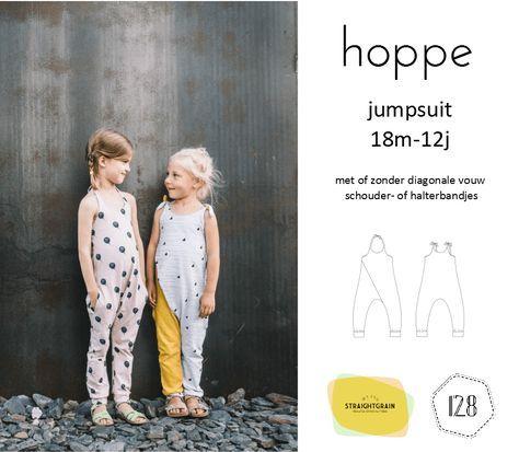 Hoppe is een jumpsuit patroon voor jersey stoffen. Er zijn twee versies: eentje met, en eentje zonder plooi vooraan. Daarnaast kan je ook nog kiezen voor schouder- of halterbandjes, en kan je de za…