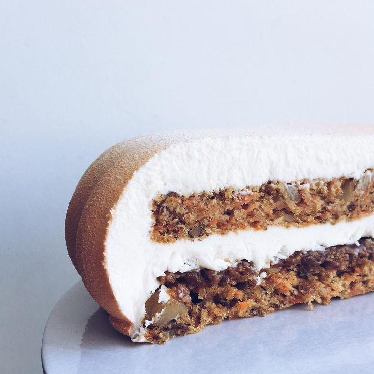 Наш морковный торт внутри Влажные морковные коржи с грецким орехом и корицей, слой хрустящей карамели, сырный мусс