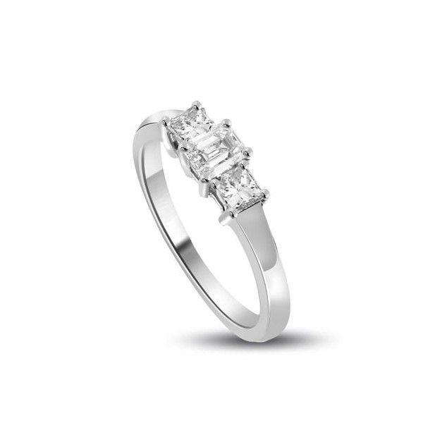 ANELLO TRILOGY CON DIAMANTI 18CT ORO BIANCO | Anello Trilogy con Diamante Taglio Smeraldo e Princess. Il peso totale dei carati per questo anello e` disponibile da 0.30ct a 1.0ct, con il diamante centrale che va da 0.14ct a 0.40ct e i due laterali da 0.16ct a 0.60ct. Il diamante centrale e` un taglio smeraldo e i due diamanti laterali sono taglio princess montati a griffe. Tutti i diamanti sono disponibili in H, G ed F colore e in VS1 ed SI1 purezza.