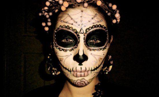 maquillage d`Halloween avec des contours noirs des yeux et effet sucre