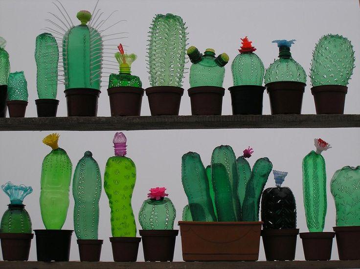 Serie de cactus hechos con botellas de plástico recicladas