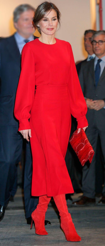 La Reina Letizia estrena un conjunto todo en rojo con vestido y botas mosqueteras para inaugurar ARCO 2018. ¡Atrevida y vanguardista como pocas veces!