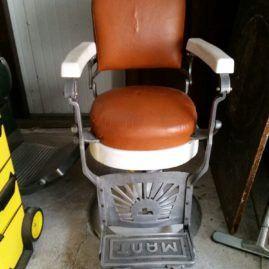 Poltrona da barbiere della marca Castellanza, azienda di Nocera inferiore della metà anni 50. Il poggiapiedi ha due versioni: in acciaio quando è chiuso, e in pelle che dà sostegno alle gambe quando è reclinato.