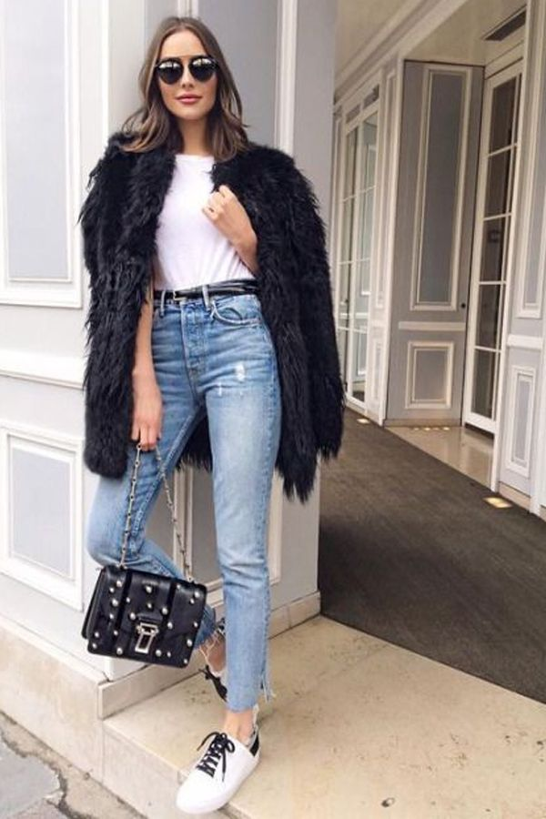 Calça mom jeans Blusa branca Cinto Casaco pele fake/faux fur Bolsa preta Tênis